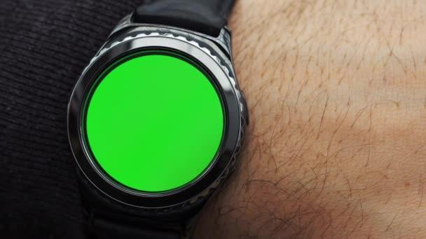 Člověk ruce gesta na moderní kulatý obrazovka smartwatch s obsahem klíčových chroma zelená obrazovka