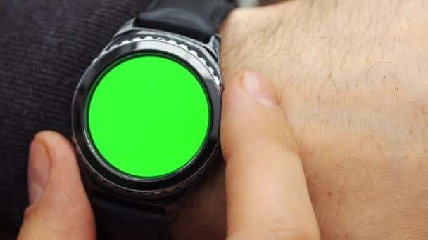 Člověk ruce gesta na moderní kulatý obrazovka smartwatch s obsahem klíčových fabion chroma detail