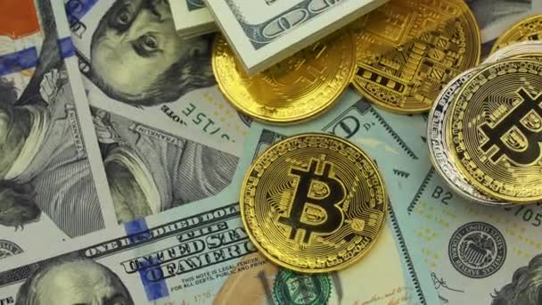 Šifrovací měna Bitcoin na pozadí bankovky dolaru, closeup. Otočit ve směru hodinových ručiček
