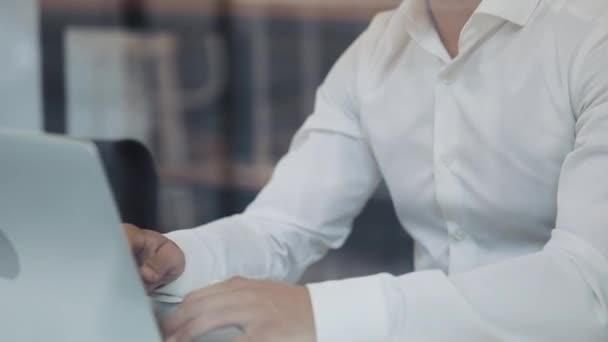 junger Geschäftsmann mit Laptop beim gemütlichen Kaffee. erfolgreiche Menschen, Tagesablauf, Freiberufler, arbeiten, kommunizieren