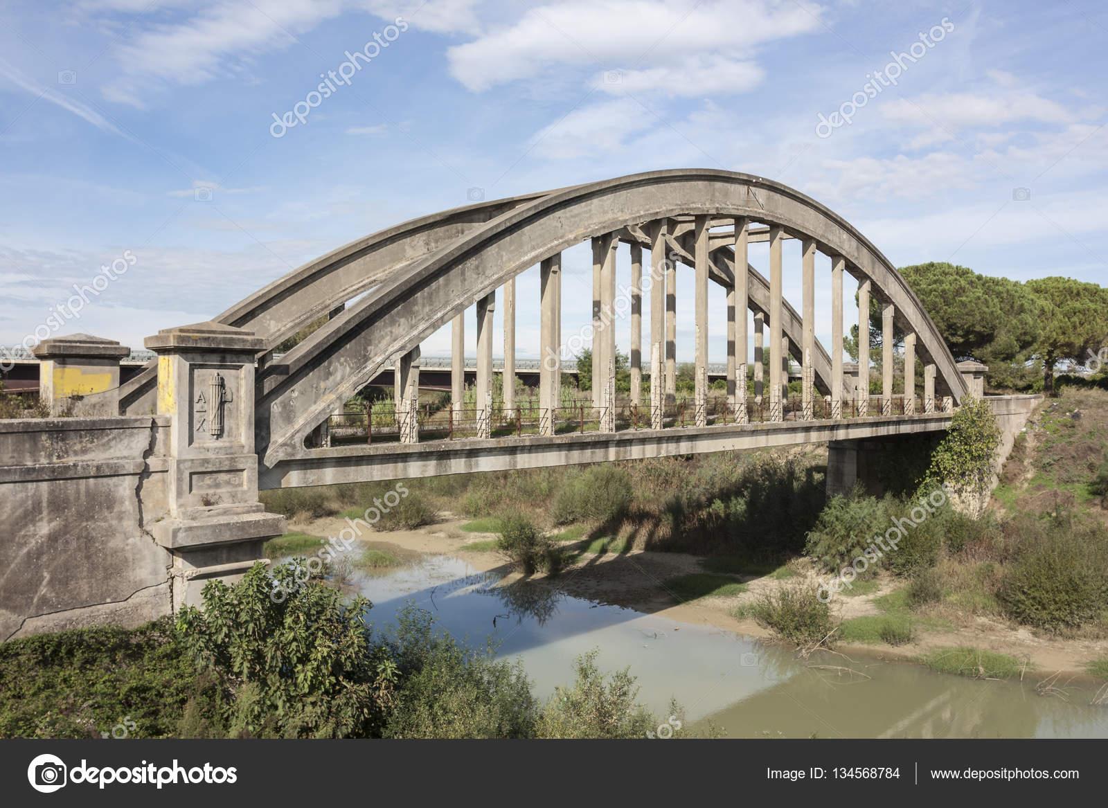 Un antico simbolo del ponte di epoca fascista foto stock for Ponte sopra i disegni del garage