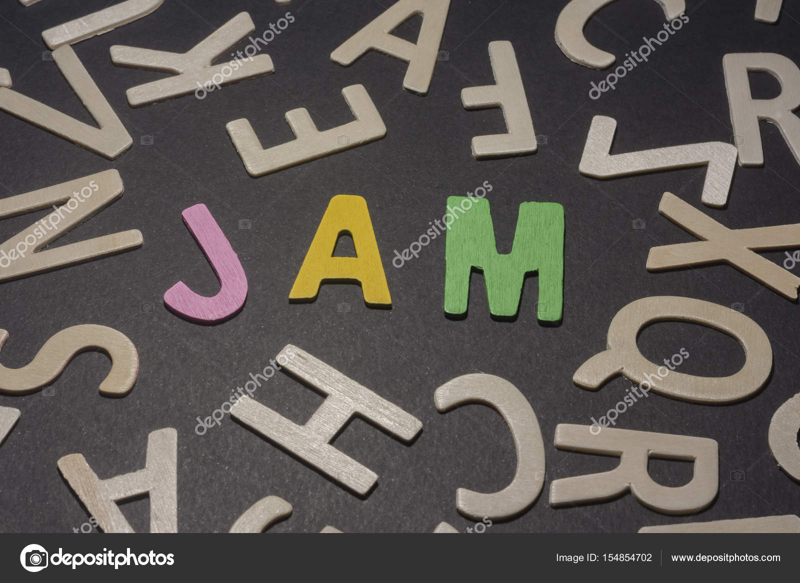 Lettere Di Legno Colorate : Marmellata di scritti con lettere di legno colorate su sfondo nero
