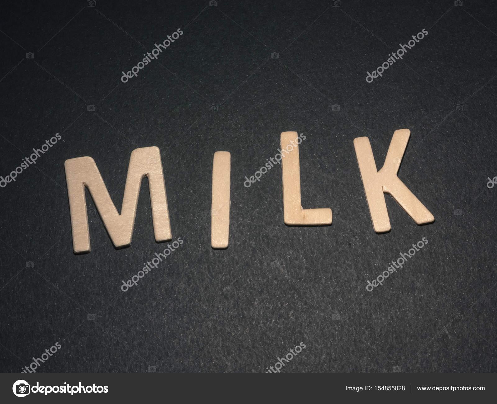 Lettere Di Legno Colorate : Latte scritti con lettere di legno colorate su sfondo nero u2014 foto