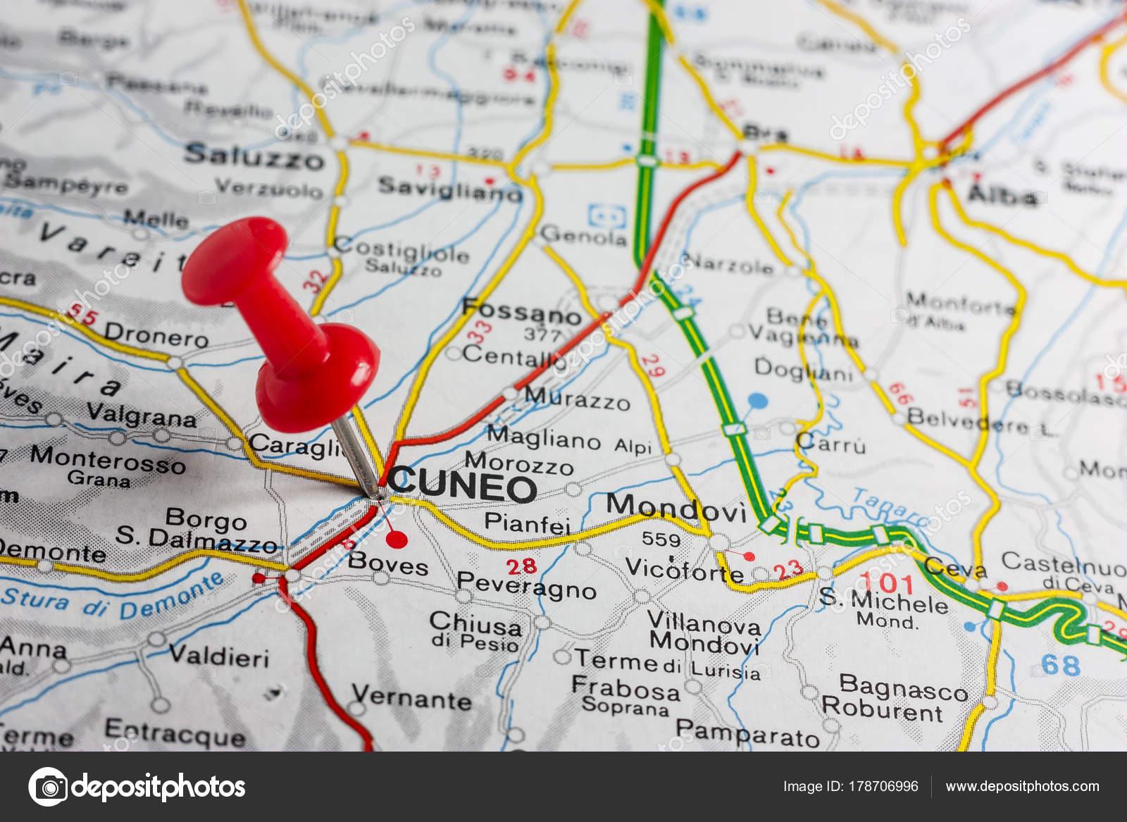 Cuneo a effectué le tombé sur une carte de l'Italie — Photographie