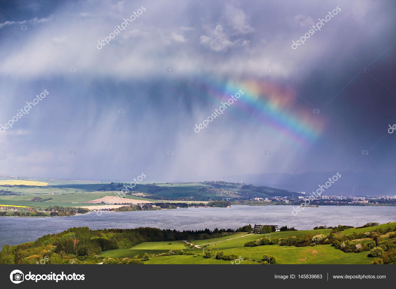 Regenboog na regen voorjaar regen en storm in bergen u stockfoto