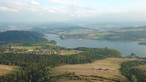 Panorama letecký pohled na kopce Czorsztyn Lake a Beskids, nádrž na řece Dunajci v Tatrách, menší Polsko