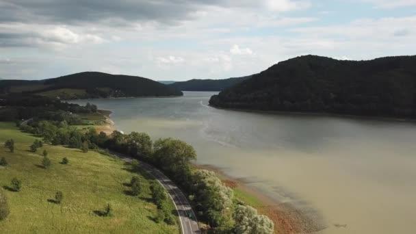 Letní krajina s jezerem a horami. Cesta k jezeru. Letecký pohled na skladovací nádrž Velka Domasa, řeka Ondava, Slovensko