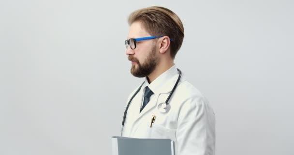 Porträt eines lächelnden Arztes im Studio