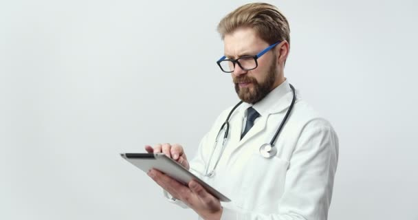 Portrét specialisty na medicínu držícího digitální tablet