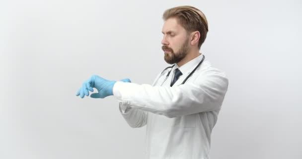 Seitenansicht des Arztes im Laborkittel und blauen Gummihandschuhen