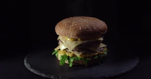 Rotující Burger na černém pozadí