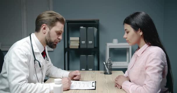Lékař předepisuje ženské pacientské pilulky