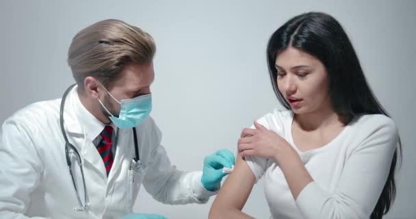 Lékař vakcinuje pacientku
