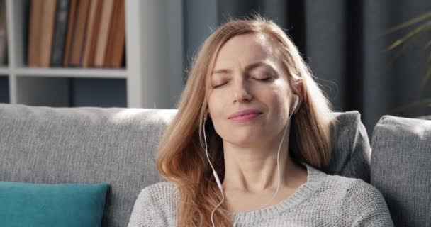 Nyugodt nő zenét hallgat a fülhallgatón