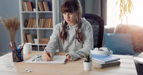 Csinos tinédzser, aki művészetet tanul otthon.