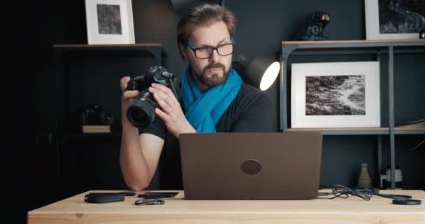 Fotograf vybírá fotografie na kameře pro retušování