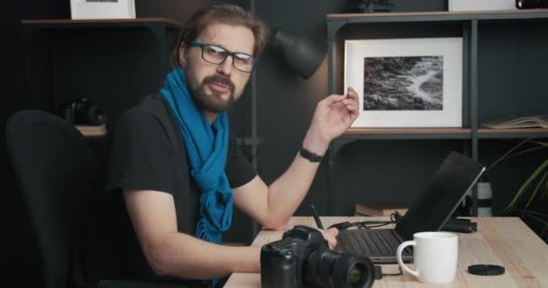 Fotograf poskytující online školení o retušování