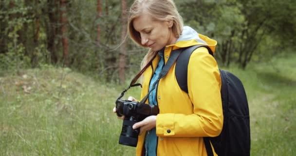 Mosolygó fotós ellenőrzése fényképezte