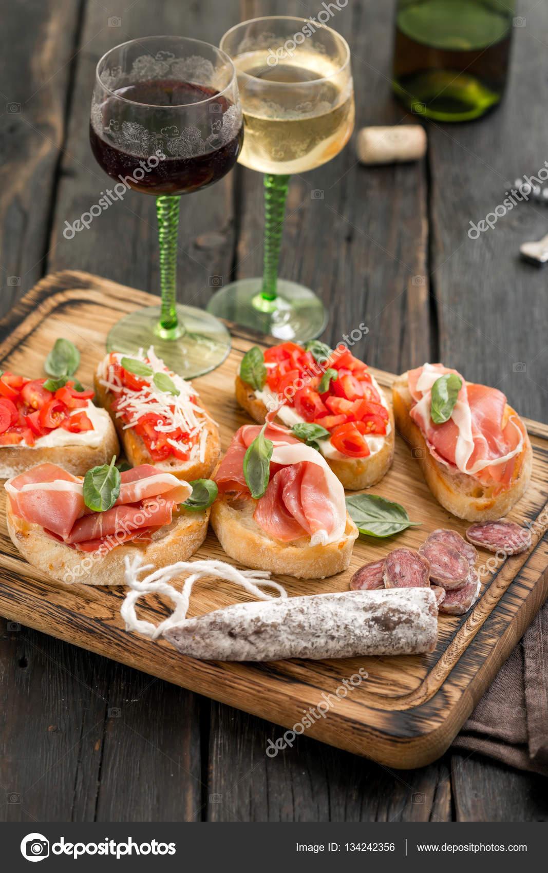 eingestellten italienische snacks serviert auf holzbrett mit wein stockfoto kucherandrey. Black Bedroom Furniture Sets. Home Design Ideas