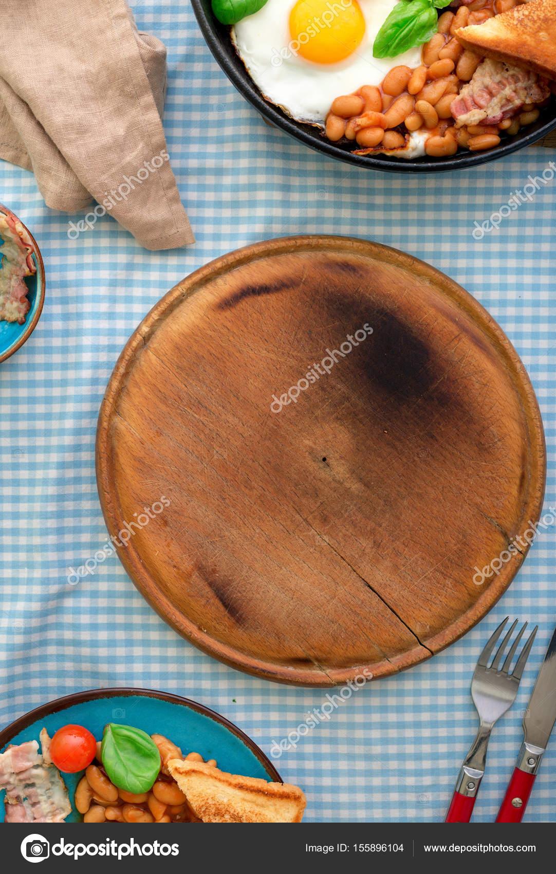 Bordo con colazione all\'inglese sul tavolo della cucina — Foto Stock ...