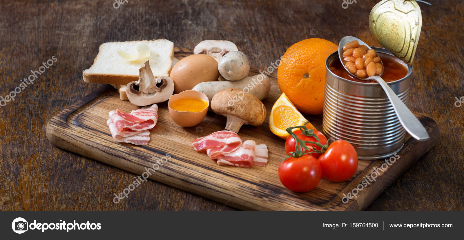 Materie prime per cucinare la colazione all\'inglese sul boa di ...