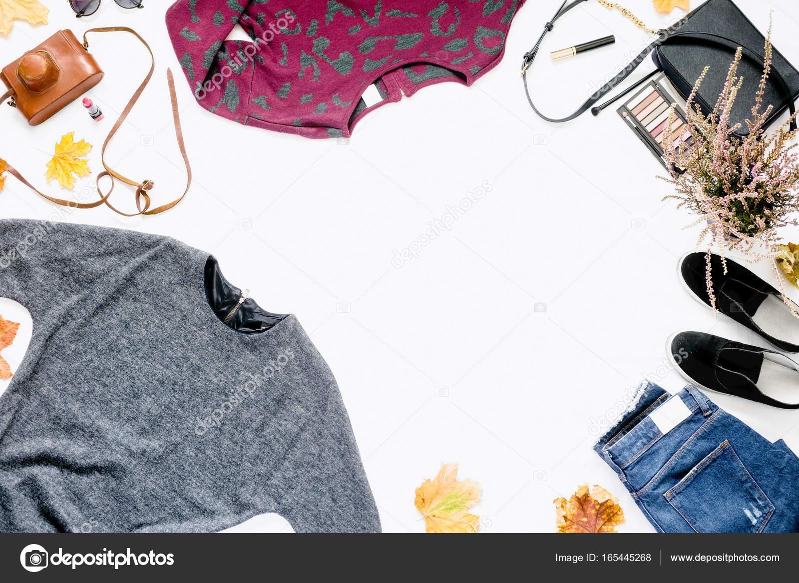 ed7ae7aec00 Γυναικεία ρούχα φθινόπωρο σε άσπρο φόντο. Πλαίσιο της φόρεμα, τζιν,  αθλητικά παπούτσια, τσάντα με καλλυντικά, vintage φωτογραφική μηχανή και τα  φθινοπωρινά ...