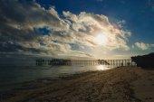 Východ slunce na pobřeží oceánu