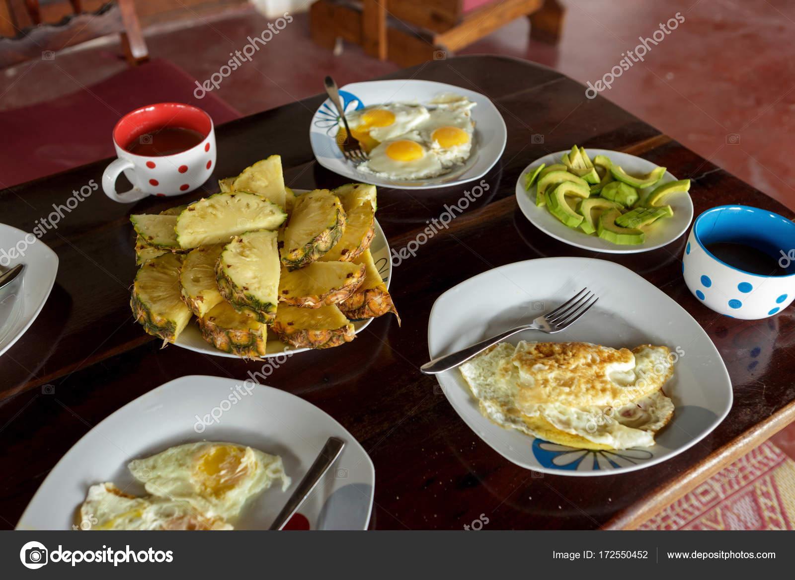 Lovely Frühstückstisch Mit Gebratenen Eiern, Rührei, Ananas, Avocado Und Kaffee  Auf Holztisch U2014 Foto Von KucherAndrey