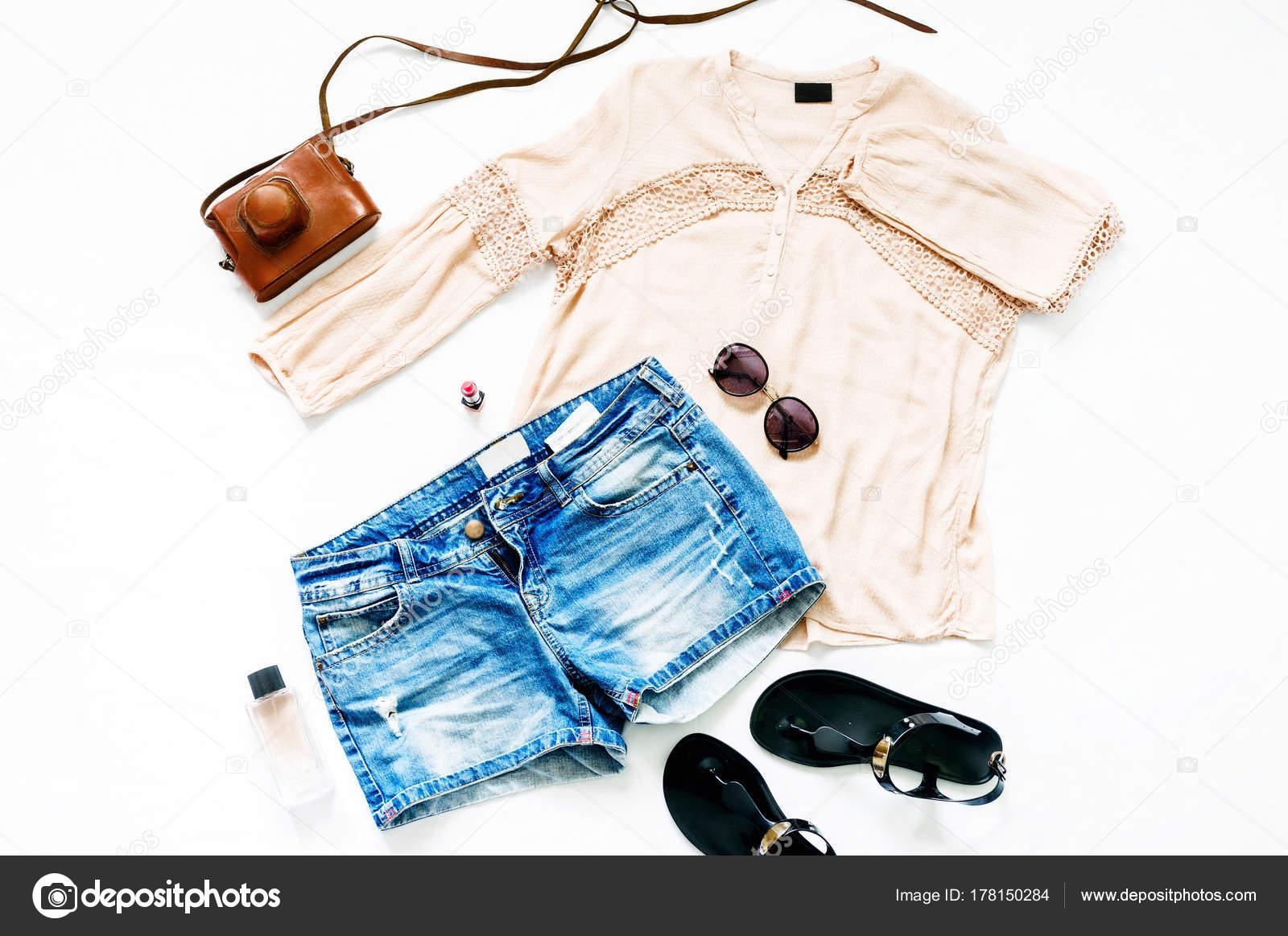 5cc98595e6cf Καλοκαιρινό Σετ Γυναικεία Ρούχα Άσπρο Φόντο Γυναικεία Τζιν Σορτς Μπλούζα–  εικόνα αρχείου