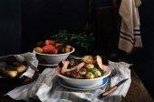 Lemez és grillezett marha steak sült burgonya a fából készült asztal. Rusztikus stílusban