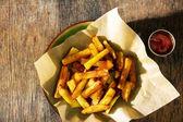 Fotografie Pohled shora deska francouzské hranolky s kečupem