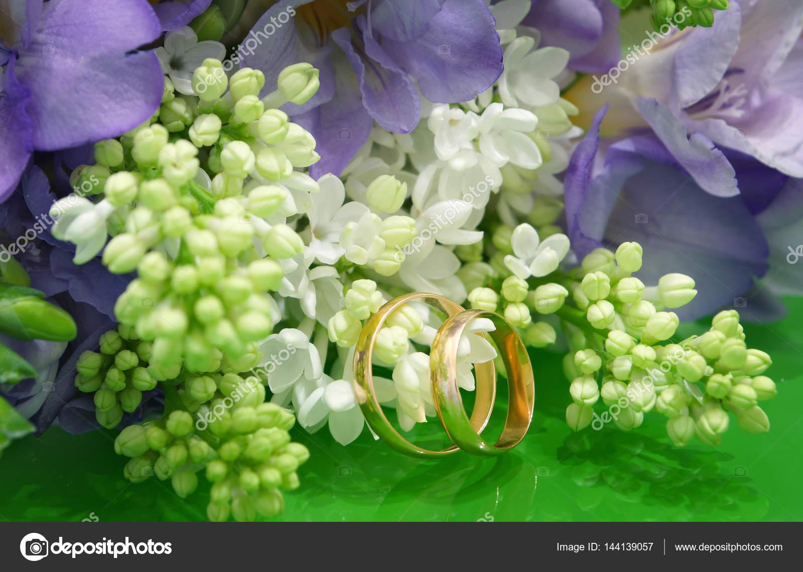 Zwei Trauringe Und Ein Brautstrauss Weisse Flieder Und Lila Freesien