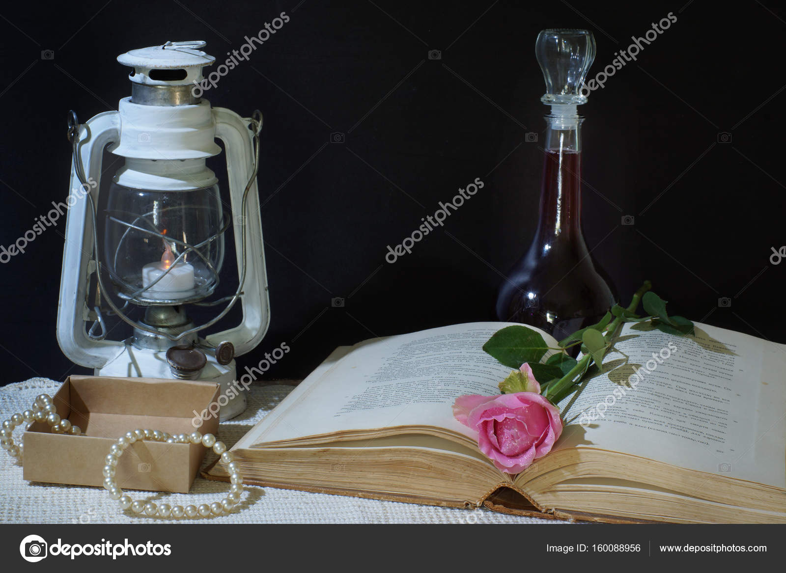 Natura Morta Orizzontale Su Uno Sfondo Nero Con Un Libro Una