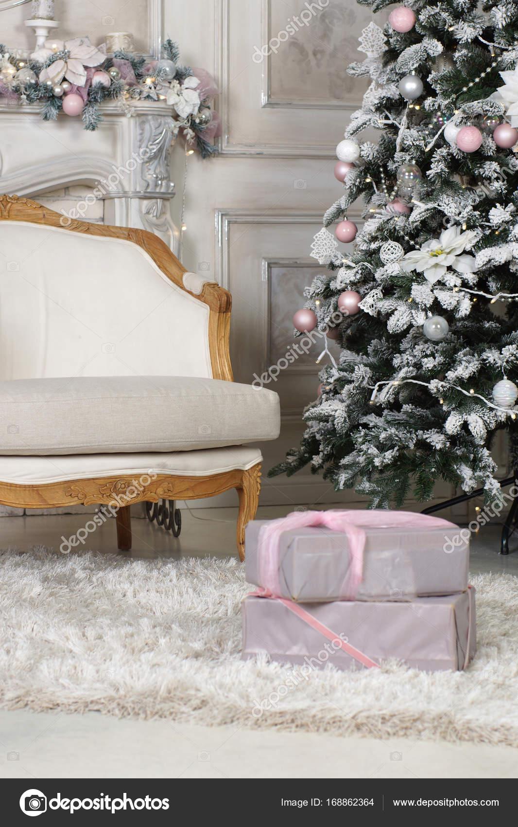A Poltrona Na Sala De Estar Decorada Para O Natal Com Uma Rvore