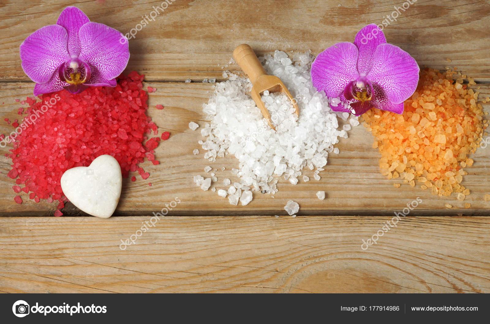 Salle De Bain Minerale ~ Diapositives De Sel Color Pour Salle De Bain Sur Une Table En Bois