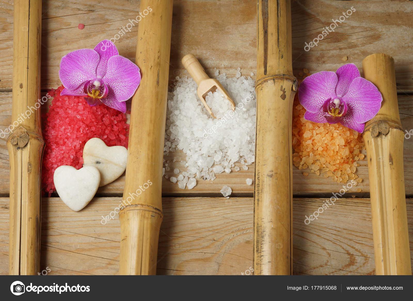 Fleur Pour Salle De Bain ~ diapositives de sel color pour salle de bain sur une table en bois