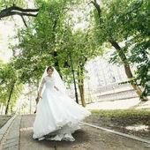 Ohromující nevěsta v zeleném parku