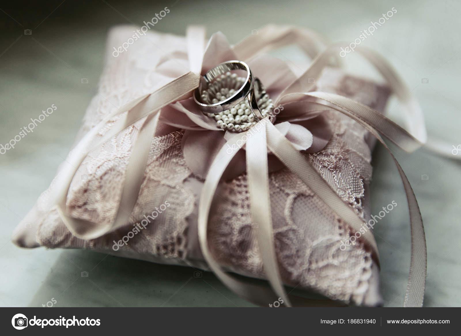 Hochzeit Ringe Aus Weissgold Liegen Auf Rosa Kissen Stockfoto