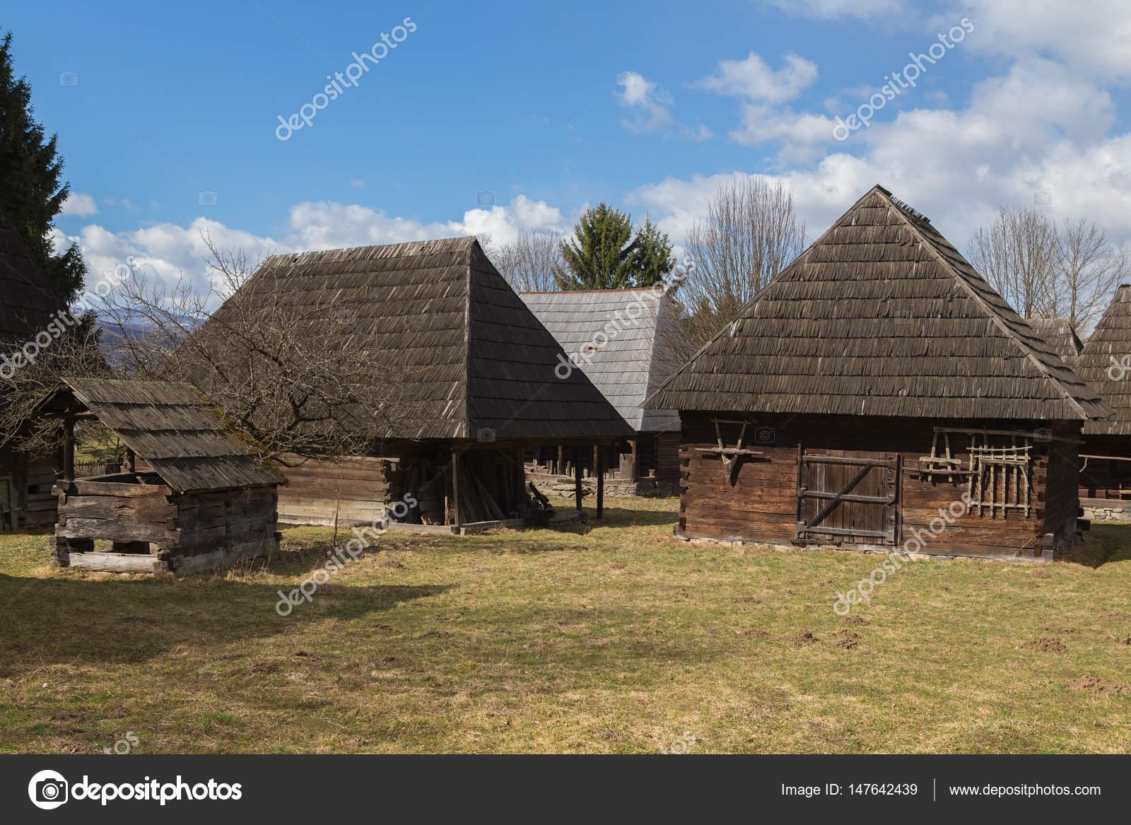 Case In Legno Romania : Case di legno tradizionali nella contea di maramures in romania