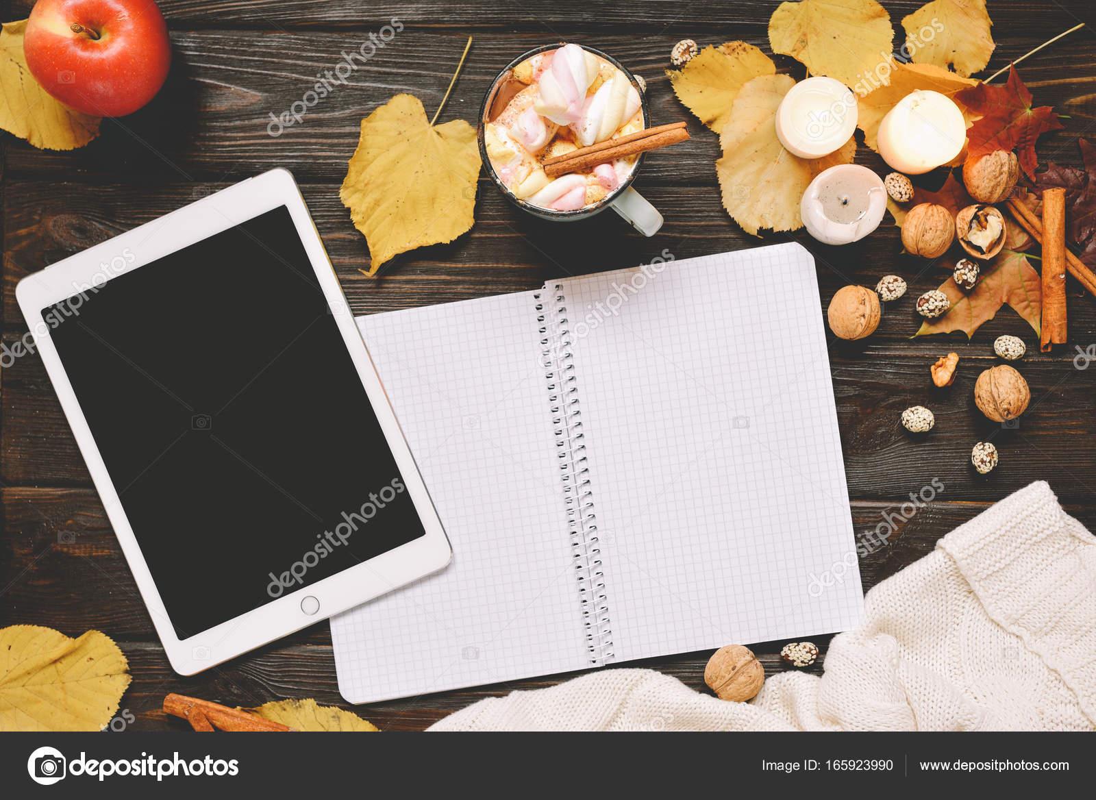Herbstliche Rahmen hergestellt von getrocknetem Herbstlaub, Tasse ...