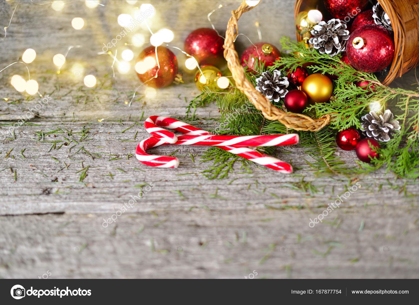 Weihnachts-Korb mit Vintage Geschenke und Shining Lights. Rote ...