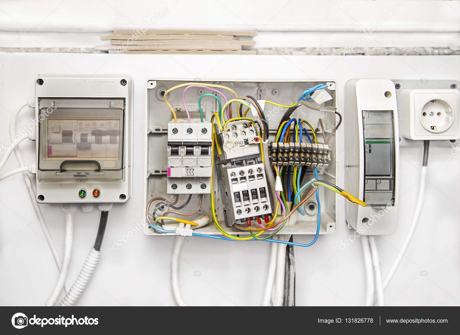 Schalter, Kabel, Leistungsschalter in Boxen — Stockfoto ...