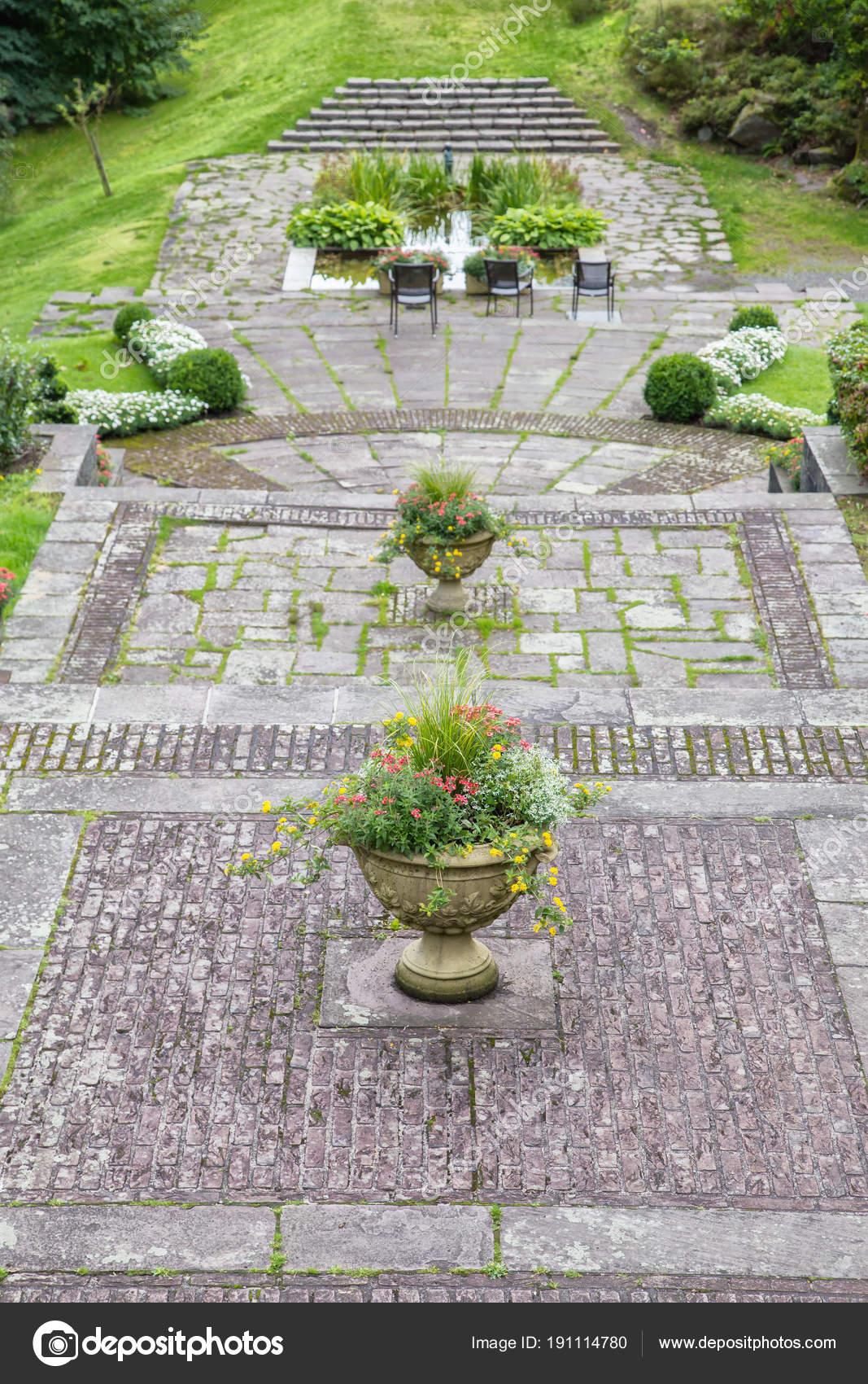 Vasi Da Giardino Cemento Grandi Vintage Con Fiori E Tre Sedie Foto