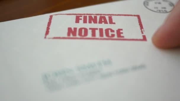 Ein Mann Betrachtet Man Letzte Mahnung Abschottung Brief Von Bank