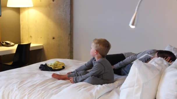 Camera Da Bambino : Una madre e un bambino in camera da letto hotel u2014 video stock