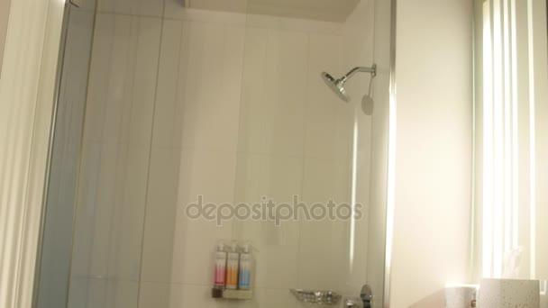 Salle de bains dans une chambre d\'hôtel moderne — Vidéo jakerbreaker ...