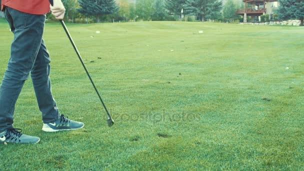 Personas jugando una partida de golf en un campo de golf — Vídeo de ...