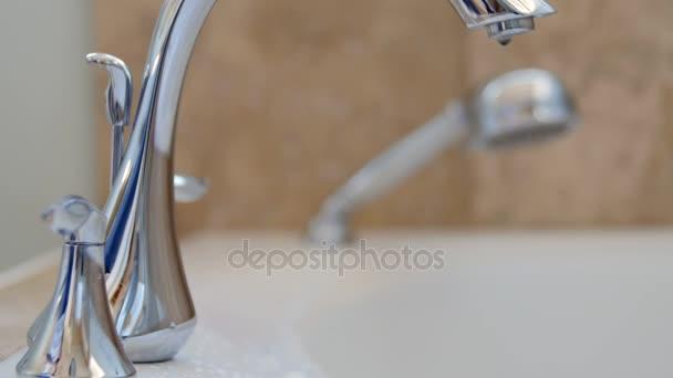 Vasca Da Bagno Perde Acqua : Acqua gocciolante di leaky vasca da bagno rubinetto u2014 video stock
