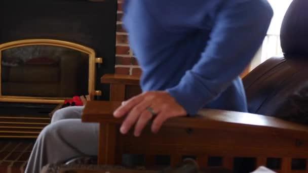 Distance Pour Regarder La Tv homme à l'aide de distance pour regarder la tv dans son fauteuil