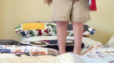 Bett Kleinkind Junge ~ Slow motion schuss glücklich lachend kleinkind jungen springen auf